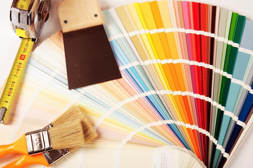 palette de couleurs avec des pinceaux et une spatule
